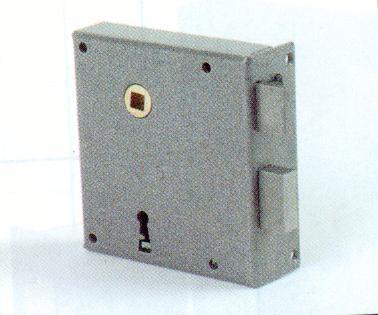 SERRURE DE GRILLE 107x112 AXE 65mm